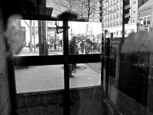 Travers La Cage d'Ascenseur